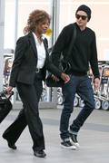 http://img42.imagevenue.com/loc233/th_23596_Zac_Efron_heads_straight_to_Vancouver_International_Airport7_122_233lo.jpg