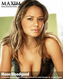 The actress Moon Bloodgood started her career by modeling for the cosmetic giants Revlon, Clairol and Avon. She is also an ex-Los Angeles Laker Girl, who has performed as a dancer with Prince, Brandi and the Offspring. Her television credits include 'Just Shoot Me,' 'C.S.I.' and 'North Shore' and made her film debut as the gorgeous woman in 'Win a Date with Tad Hamilton' in 2004. Moon Bloodgood's most well-known role came as Katie in the Disney hit movie 'Eight Below. Foto 18 (Актриса Мун Бладгуд начал свою карьеру в моделировании для косметического гиганта Revlon, Clairol и Avon.  Фото 18)