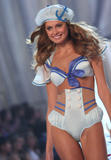 th_10418_fashiongallery_VSShow08_Show-434_122_851lo.jpg